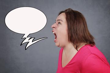 femme fâchée hurlant avec phylactère