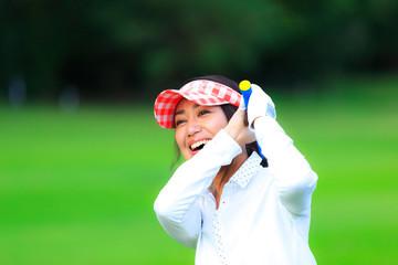 ゴルフを楽しむ女性