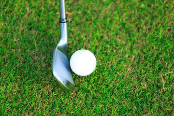 ゴルフボールとアイアン