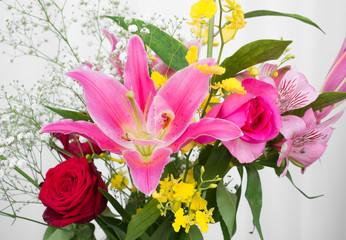 ピンクのゆり・スターゲイザーと赤いバラの花束
