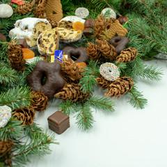Weihnachtsleckereien auf Tannenzweigen mit Textfreiraum.