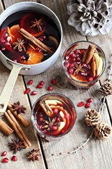Mulled wine,punch,bowle oder spiced tea : winter traditional warming drinks with spicy,citrus fruits and pomegranate . Rustic style.