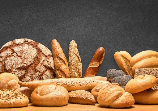 Reiche Auswahl an Brot und Gebäcksortiment mit Tafel im Hintergrund für eigene Botschaft