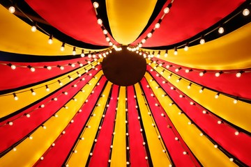 Blick nach oben in das Dach eines kleinen Zirkuszeltes