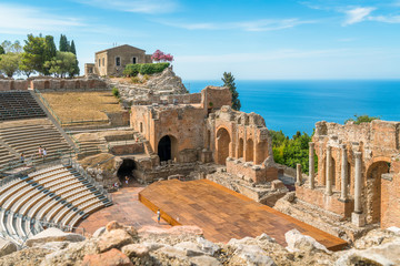 Ruins of the Ancient Greek Theater in Taormina on a sunny summer day with the mediterranean sea. Province of Messina, Sicily, southern Italy. Fototapete