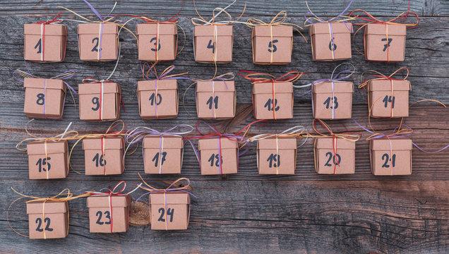 Selbstgemachter Adventskalender mit 24 Geschenken Paketen für Weihnachten zum verschenken für die ganze Familie