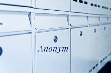 Klingelschild mit gelöschten Namen zur Verdeutlichung des Datenschutzrisikos bei Namen in Österreich