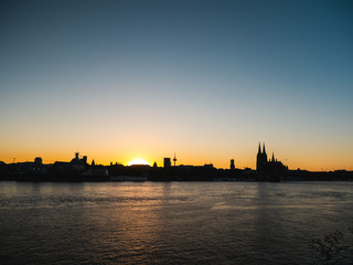 Fotomurales - Cityscape of Cologne, Germany, at sunset.