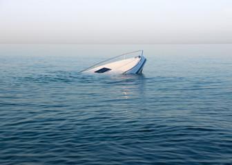 Tuinposter Schipbreuk Sinking modern large white boat goes underwater