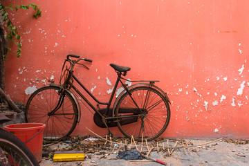 Abandoned bicycle on red wall, Saigon, Vietnam 放置された自転車と赤い壁 ベトナム・ホーチミン