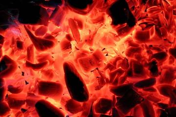 красивый красный огонь на черных углях, крупным планом