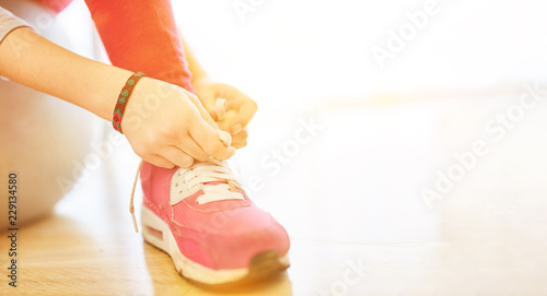 Kind Beim Schuhe Binden Lernen Stock Photo And Royalty Free Images