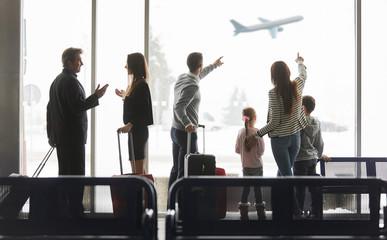 Gruppe Reisende am Flughafen Terminal vor Flugzeug