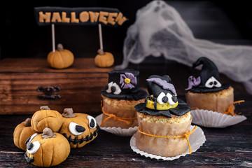 dolci di halloween decorati con pasta di zucchero, zucche e passaggio di un fantasma