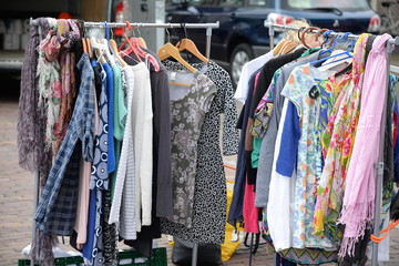 Kleidung auf einem Flohmarkt