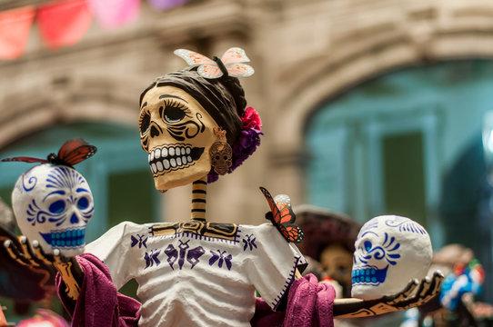 catrina sonriente con dos  calaveras en la ofrenda del dia de muertos halloween mexico tradiciones puebla