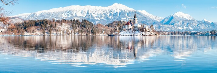 Photo sur Plexiglas Piscine Lake Bled with Bled Island and Castle at sunrise in winter, Slovenia