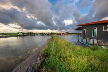 The background of the villagers' rustic holiday homes, often built on the waterfront, makes the house not hot and inviting, the colorful sky view is beautifully natural.