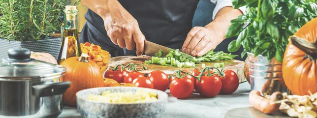 De chef-kok snijdt groenten.