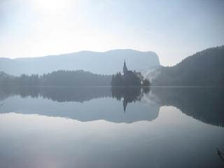 Reflejo de isla y montañas en el lago