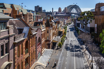 Photo sur Plexiglas Sydney View of George Street in the Rocks, the historic district of Sydney. In the background, the harbour Bridge.