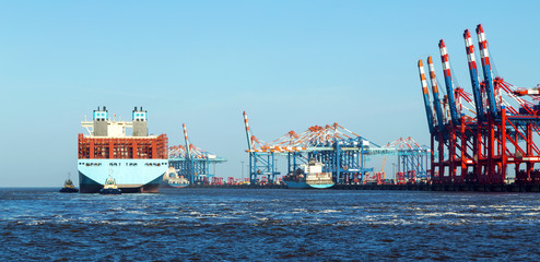 Containerhafen in Bremerhaven, Containerschiff legt mit Hilfe von Schleppern an den Containerbrücken an