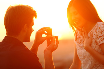 Successful marriage proposal at sunset Fototapete