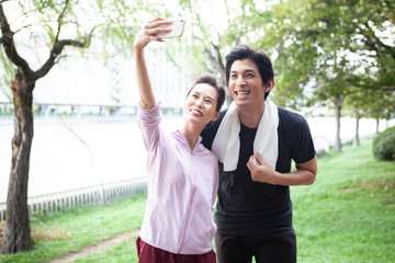 スマートフォンで自撮りをするカップル