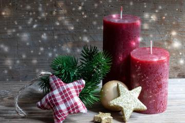 Weihnachtskarte mit roten Kerzen, Sternen und Tannengrün