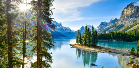 Fototapeten Gebirge Panorama view Beautiful Spirit Island in Maligne Lake, Jasper National Park, Alberta, Canada