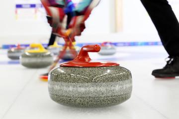 Curling na lodzie.   Granitowe kamienie do gry w curling.