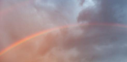 Regenbogen vor Wolkenhimmel