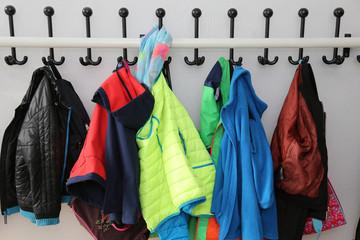 Kinder-Garderobe vor einem Klassenzimmer