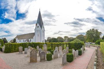 Kirche und sprechende Grabsteine in Nebel auf Amrum