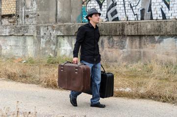 hombre con gafas caminando con maletas