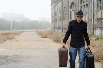 hombre caminando con maletas