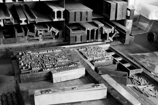 Primo piano di lettere e blocchi di stampa di tipo metallico di una vecchia tipografia, foto in bianco e nero