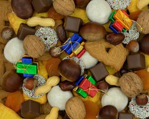 Weihnachtshintergrund aus verschiedenen Sorten von Weihnachtsplätzchen,  Süssigkeiten und Nüssen