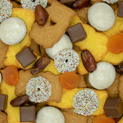 quadratischer Weihnachtshintergrund aus verschiedenen Sorten von Weihnachtsplätzchen,  Süssigkeiten, Datteln und getrockneten Aprikosen