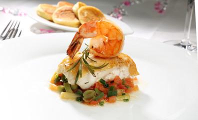 Seeteufel und Garnele mit Sauerrahmsoße auf Frühlinkslauch-Tomatengemüse und Kartoffelblini