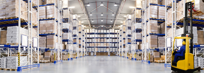 In de dag Industrial geb. Huge distribution warehouse with high shelves and forklift