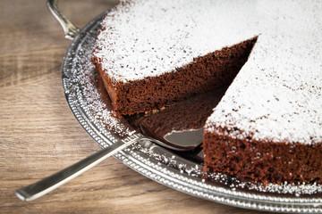 Schokoladenkuchen auf silbernem Teller
