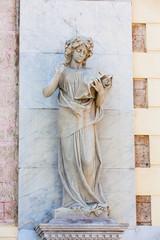 Calliope muze standbeeld aan de gevel van het Adolfo Mejia theater in Cartagena de Indias