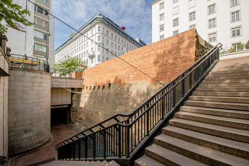 Das Stubentor im Sommer auf dem Dr. Karl-Lueger-Platz in Wien, Österreich. Das Stubentor ist ein ehemaliges Stadttor von Wien.