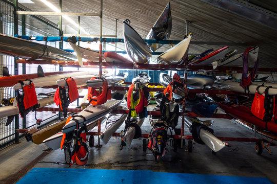 kayaks de mar guardados junto con los chalecos salvavidas