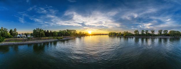 Abends über dem Rhein bei Eich