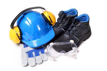 Fototapeta Zestaw dla pracownika zawierający niebieski hełm ochronny buty ochronne rękawice robocze i gogle przeciwodpryskowe obraz