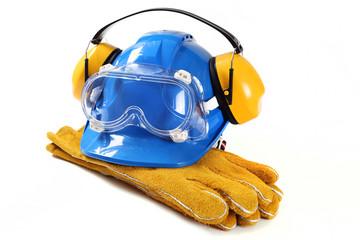 Sprzęt ochronny dla pracownika zawierający niebieski kask ochronniki słuchu gogle ochronne i rękawice robocze