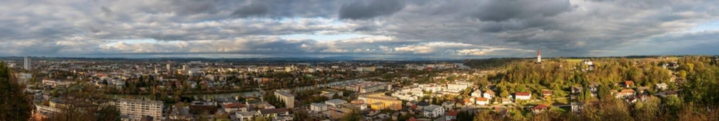 Wels Thalheim Herbst Panorama mit viel Wolken und Sonnenschein