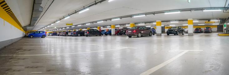 Parkraum in der Stadt - große, gut beleuchtete Tiefgarage